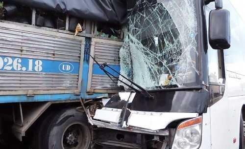 Đầu xe tải vỡ vụn và mắc kẹt khi đâm xe tải. Ảnh: Phan Thành.