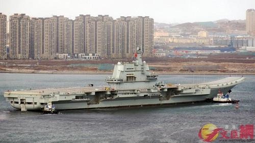 Tàu sân bay Type 001A di chuyển từ cảng Đại Liên ra biển. Ảnh: Sputnik.