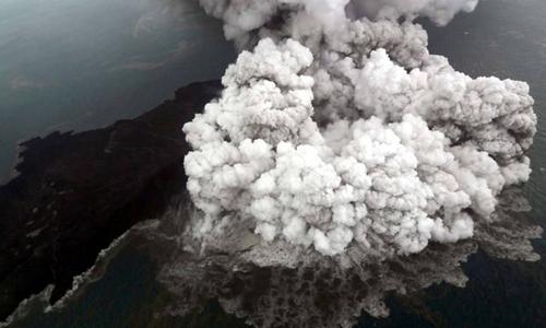 Núi lửa Anak Krakatau phun trào hôm 23/12 sau trận sóng thần ở eo biển Sunda, Indonesia. Ảnh: Reuters.