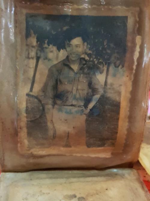 Bức chân dung chiến sĩ được tìm thấy trong bóp da. Ảnh: Phước Tuấn.