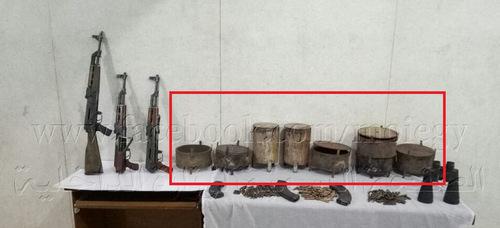 Mìn định hướng (khoanh đỏ) tìm thấy tại một kho vũ khí của Phong trào Hasm. Ảnh: Facebook.