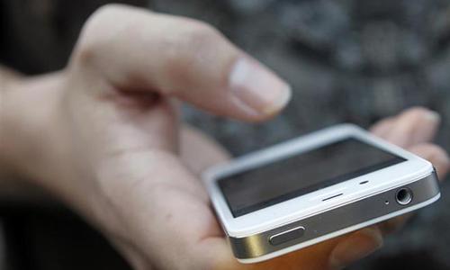 Một người đang sử dụng điện thoại. Ảnh: Reuters.
