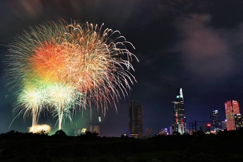 Pháo hoa tầm cao sẽ được bắn trong 15 phút tại nóc hầm Thủ Thiêm (quận 2) đêm 31/12 để chào mừng năm mới 2019. Ảnh: Hữu Khoa