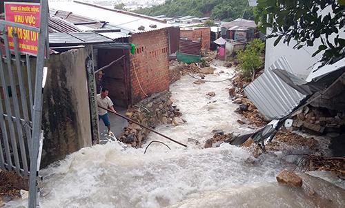 Nhiều điểm tại xã Phước Đồng có nguy cơ sạt lở, phải di dời gần 100 người đến nơi an toàn. Ảnh: An Phước