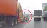 Ôtô Innova giảm tốc độ bị xe container đẩy hàng chục mét