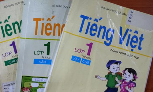 Tiếng Việt lớp 1 Công nghệ giáo dục gồm 3 tập, dạy học sinh đánh vần theo nguyên tắc phân tích ngữ âm học. Ảnh: Quỳnh Trang