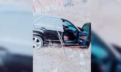 Một xe Mercedes nằm dưới triền dốc.