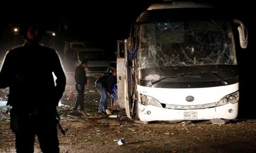 Hiện trường vụ đánh bom xe chở du khách ngày 28/12. Ảnh: Reuters.