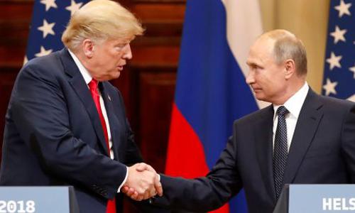 Tổng thống Mỹ Donald Trump (trái) bắt tay Tổng thống Nga Vladimir Putin tại hội nghị thượng đỉnh ở Helsinki, Phần Lan hồi tháng 7. Ảnh: Reuters.
