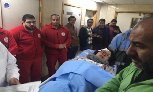 Giới chức Ai Cậpthăm du khách người Việtbị thương tại bệnh viện ở Cairo, sau vụ đánh bom xe. Ảnh: AP.