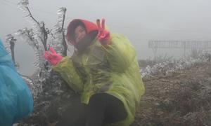 Du khách tấp nập lên đỉnh núi Mẫu Sơn ngắm băng tuyết