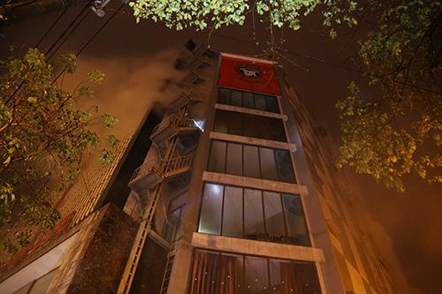 Từ bên ngoài chỉ thấy khói bốc ra nghi ngút ở cơ sở giải trí 9 tầng. Ảnh: Hoàng Táo