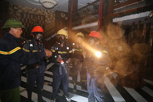 Cảnh sát chữa cháy mang mặt nạ phòng độc tiến vào khu vực xảy cháy. Ảnh: Hoàng Táo