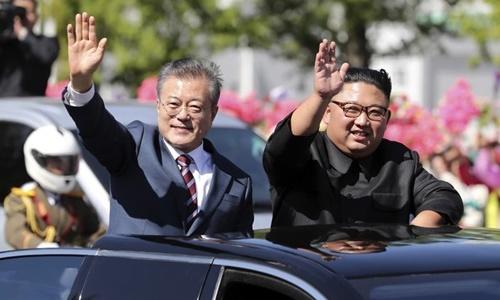 Tổng thống Hàn Quốc Moon Jae-in (trái) và lãnh đạo Triều Tiên Kim Jong-un vẫy chào người dân tại Bình Nhưỡng hồi tháng 9. Ảnh: AP.