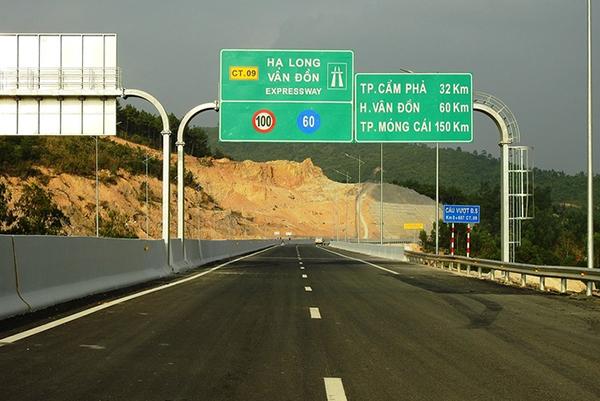 Đường cao tốc Hạ Long - Vân Đồn.