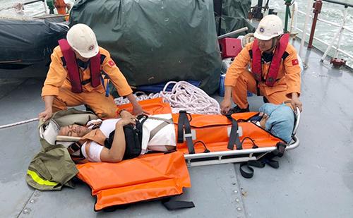 Thuyền viên nước ngoài được sơ cứu, trước khi đưa vào đất liền chuyển đến bệnh viện. Ảnh: An Phước