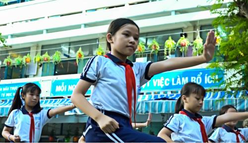 Học sinh trường Tiểu học Nguyễn Thị Minh Khai (TP HCM) tập võ trên nền nhạc Vovinam. Ảnh: Lê Bình