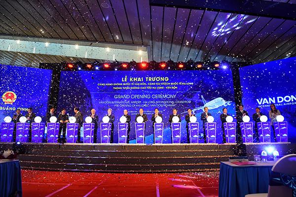 Thủ tướng cùng lãnh đạo tỉnh, lãnh đạo Tập đoàn Sun Group và các khách mời nhấn nút khai trương. Ảnh: Giang Huy