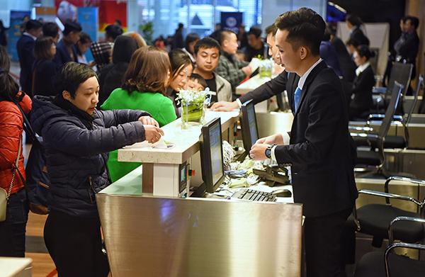 Hành khách check-in tai sân bay Vân Đồn. Ảnh: Giang Huy