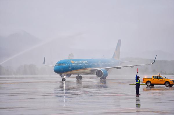 Nghi thức phun vòi rồng với chuyến bay đầu tiên hạ cánh tại sân bay Vân Đồn sáng nay. Ảnh: Giang Huy