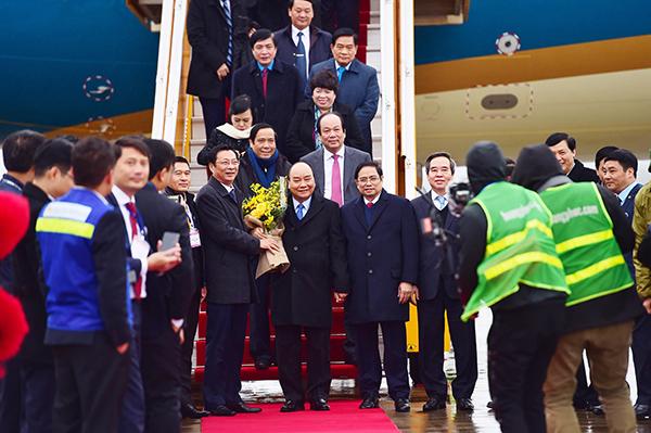 Thủ tướng Nguyễn Xuân Phúc nhận hoa từ lãnh đạo tỉnh Quảng Ninh khi hạ cánh xuống sân bay Vân Đồn sáng nay. Ảnh: Giang Huy