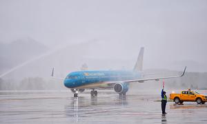 Nghi thức phun vòi rồng đón tàu bay đầu tiên ở sân bay Vân Đồn
