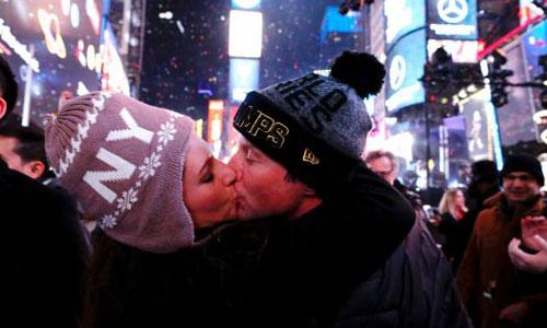 Một đôi tình nhân hôn nhau vào thời khắc giao thừa ở Quảng trường Thời đại, New York. Ảnh: AP.