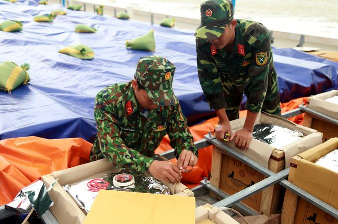 'Trận địa' pháo hoa trên bãi biển Nha Trang trước giờ khai hỏa