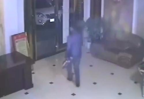 Bị phát hiện, tên trộm xách giày quay lưng bỏ chạy.