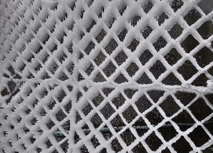 """<p class=""""Normal""""> Băng cùng gió đã tạo hình 3D cho hàng rào lưới. Dự báo, nhiệt độ tại Mẫu Sơn nói riêng, miền Bắc nói chung sẽ tăng dần. Tại các điểm cao nền nhiệt tăng chậm, khả năng băng giá ở Mẫu Sơn duy trì đến đêm nay, thậm chí là sáng mai 1/1/2019.</p>"""