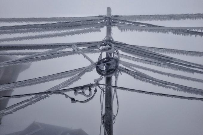 """<p class=""""Normal""""> Đường dây điện trĩu nặng vì băng giá. Đây là lần đầu tiên trong mùa đông xuân 2018-2019 Mẫu Sơn có băng. Những đợt trước, nhiệt độ thấp nhất xuống 2.</p>"""