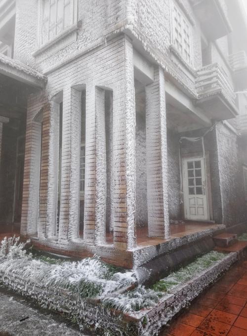 """<p class=""""Normal""""> Sáng 31/12, đỉnh núi Mẫu Sơn tạnh mưa, nhiệt độ xuống thấp hơn sáng qua - âm một độ C. Tất cả ngôi nhà ở khu du lịch Mẫu Sơn (cao 1.200 m so với mực nước biển) phủ một lớp băng.</p>"""