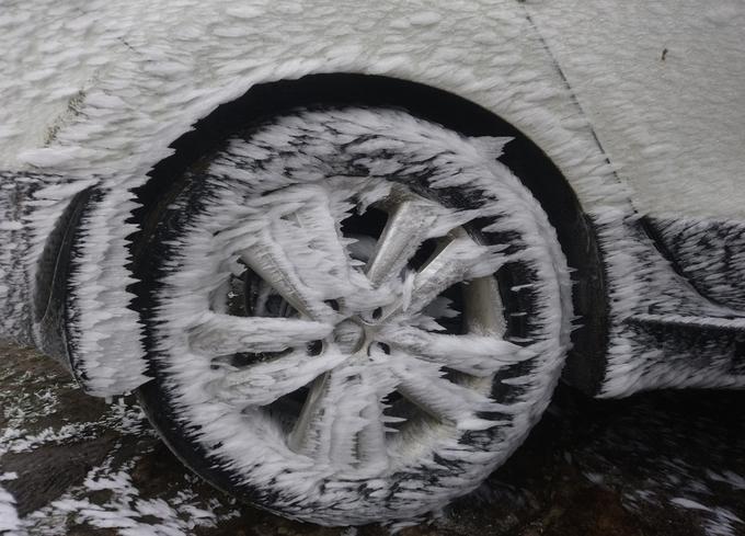 """<p class=""""Normal""""> Chiếc ôtô để bên ngoài khuôn viên một nhà nghỉ phủ băng kín cả bánh xe. Để khởi động, chủ nhân phải dội nước ấm cho tan băng.</p>"""