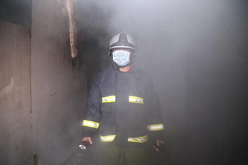 Tầng 5 gồm 6 phòng hát, trong đó 4 phòng bị thiêu rụi. Bên trong khói đen dày đặc, rất khó tiếp cận.Ảnh:Hoàng Táo