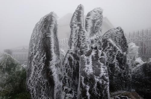 Băng bao phủ các tảng đá cảnh ở khu du lịch Mẫu Sơn (Lạng Sơn) sáng 31/12. Ảnh: Hoàng Huy