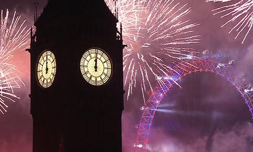 Khoảng 250.000 người đổ về bờ sông Thames, London, Anh để xem màn trình diễn pháo hoa đón năm mới. Ảnh: BBC.