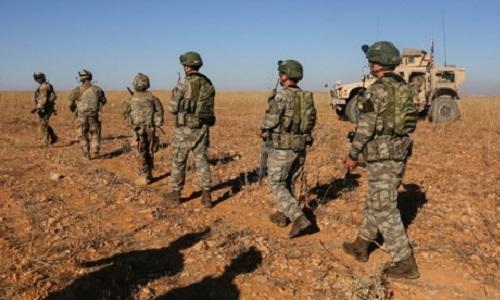 Binh sĩ Mỹ và Thổ Nhĩ Kỳ tuần tra tại Manbij, Syria. Ảnh: Reuters.