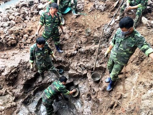 Lực lượng công binh Hải Dươngbáo bới, gỡ tìm bom bi tại khu đất ruộng của hộ gia đình bà Đỗ Thị Nhẽ. Ảnh: Hải Ninh
