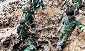 Nông dân làm ruộng phát hiện 'ổ' bom bi ở Hải Dương