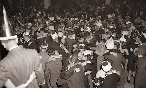 Đêm giao thừa ở Diamond Horse-shoe, thành phố New York, ngày 31/12/1941. Ảnh:Bettmann.