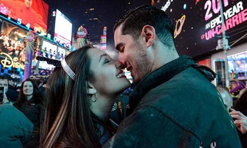 Jillianne Sabatini và Stephen Regalia hôn nhau ở Quảng trường Thời đại, New York, Mỹ, ngày 1/1/2018. Ảnh: Reuters.