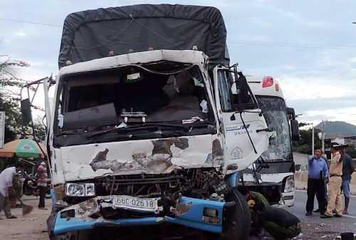 [Hiện trường vụ tai nạn ôtô giường nằm tông xe tải tại Bình Thuận hôm 29/12. Ảnh: Phan Thành
