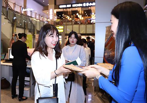 Hành khách quốc tế nhận quà khi xuất hành đầu năm tại Nhà ga hành khách quốc tế Đà Nẵng. Ảnh: Nguyễn Đông.