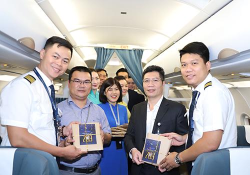 Phi công và nhân viên được nhận quà ngay trên máy bay trước lúc khởi hành. Ảnh: Nguyễn Đông.