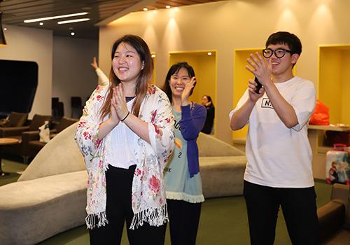 Yoojin Lee (bìa trái) quàng chiếc khăn vừa được tặng và cùng gia đình đón thời khắc giao thừa. Ảnh: Nguyễn Đông.