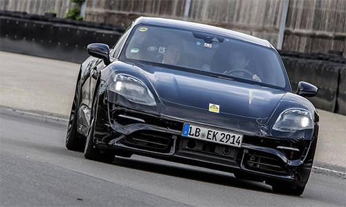 Porsche Taycan trên đường chạy thử. Ảnh: Autonews.