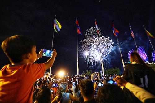 Pháo hoa chào đón năm mới 2019 ở TP HCM. Ảnh: Hữu Khoa