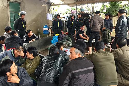 63 người đàn ông bị bắt quả tang đang đánh bạc và xem đá gà. Ảnh: Công an Quảng Trị