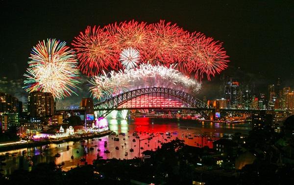 Pháo hoa rực sáng trên cầu cảng Sydney. Ảnh: AFP.