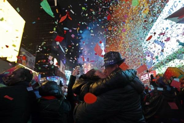 Cặp tình nhân ở California, Mỹhôn nhau vào thời khắc chuyển sang năm mới. Ảnh: Reuters.